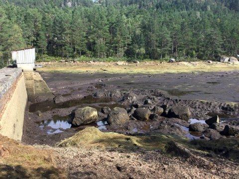Slik ser det ut når det er lite nedbør, då er dammen tom.