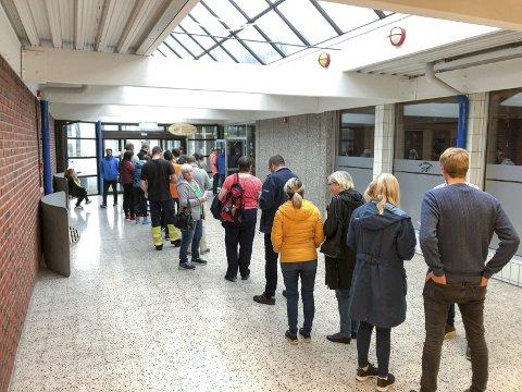 Lang kø: I 18-tida gjekk køen heilt frå inngangen til biblioteket, gjennom foajeen og inn i sjølve vallokalet i Festsalen i Kulthurhuset Husnes.