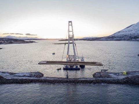 HARSTAD: Bildet er frå montering av bru for Implenia AS på Bjarkøy-sambandet ved Harstad i november/desember 2017. Fartøya på bildet er «Tronds Lift 7» og slepebåten «Tronds Max». Foto: Implenia AS