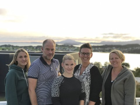 ENGASJERTE: F. v.: Mona Øvstebø, Jarle Hvidevold, Bjørg Helene Romsø, Benedikte Syversen og Tanja Juel er i interrimstyret Halsnøy bygdelag. (Foto: privat).