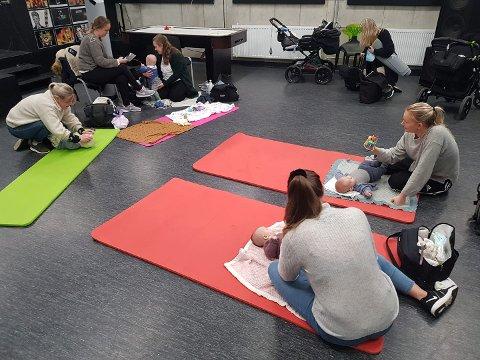 Ikkje berre ungdommar bruker Kvinnherad Ungdomssenter sitt lokale. På måndagar er det babytreff der. (Foto: Geir Remme).