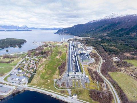 ARBEID: Hydro Husnes tilbyr tilsette på ein fabrikk i Sogndal mellombels jobb når fabrikken der oppe no skal leggast ned. (Arkivfoto)