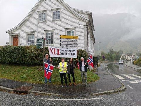 Skal markere: Sammen med Kari Sunita Kumar fra Odda (nummer 2 fra høyre), er Sven Løkland, Annemor Ekeland og Rolf Lothe i den lokale motstandsgruppa klare for å markere vindkraftmotstanden 8. oktober.