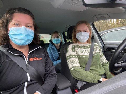 SMITTEVERN: Husnes Trafikkskule har innført obligatorisk bruk av munnbind. Frå venstre: Fagleg leiar Jorun Elin Kvistad Gjuvsland, elev Malin Blokhus (i baksetet) og elev Kaja Prestnes Lind (bak rattet).