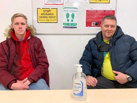 FAR OG SØNN: – Vi synes det er greit å jobbe på Stord som stillasarbeidere, sier David Kazmierczak (28) og faren hans Grzegorz Kazmierczak (55) fra Gdynia i Polen.