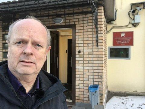 Her ser du journalist Morten Jentoft utanfor Lefortovofengslet der Frode Berg sat fengsla i to år. (Pressefoto).