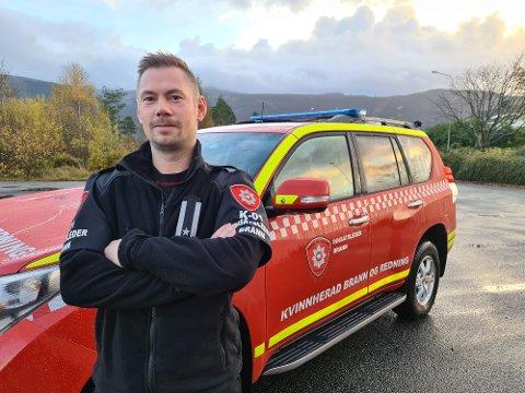 Thomas Hallquist (34) stortrivst i jobben som branninspektør i Kvinnherad brann og redning. (Foto: Privat).