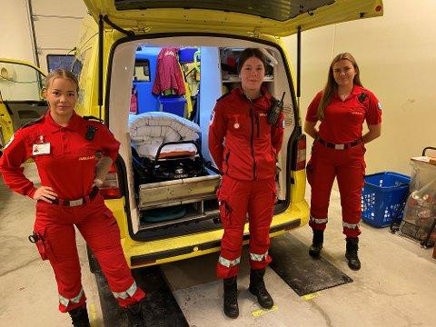 (F.v.) Eirin Breive Hegland, Rebekka Hrafnsdottir Tverborgvik og  Elise Heimark er tre av dei fire lærlingane hos Kvinnherad ambulansestasjon. Dei har valt eit populært yrke, og det er mange om beinet både for utdanning, læreplassar og faste jobbar i yrket.