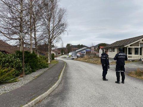 Politiet gjorde undersøkingar i Herøysund laurdag føremiddag, etter at ei kvinne blei funnen livlaus i terrenget.