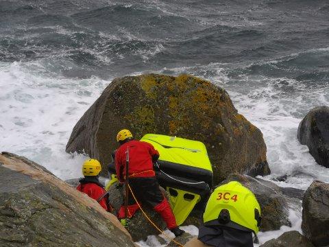 Kvinnherad brann og redning har i dag rykka ut til ein båt som har slite seg og er blitt knust i fjæresteinane ved Årsnes. Her er dei i gang med å sjekka stoda.