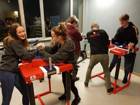 Ungdomssenteret på Husnes har fått proffe handbak-bord, og her ser du nokre av ungdommane testa dei. F.v.: Annie Kloster, Wiktoria Kondracka, Viar Vågen og Oskar Kaldestad. (Foto: Geir Remme).