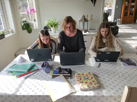 Kristine Enæs Medhaug er lærar for 2. klasse på Valen skule. Nett no er både ho og døtrene Cecilie (14) og Hanna (12) heime. Kristine har fjernundervisning, medan døtrene har heimeskule. (Foto: Privat).