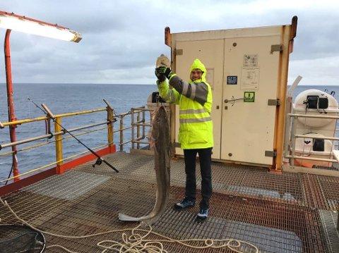 STOR FISK: Daniel Melkeråen (32) måtte finne på andre hobbyer da mye av plattformen er stengt for de ansatte i forbindelse med koronakrisen. Fiske ga mersmak.