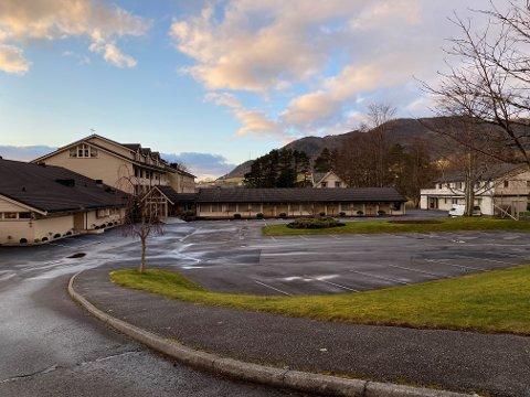 Rosendal Fjordhotel er stengt og stille, og enno veit ikkje hotelldirektør Arne Havnerås når dei kan opna igjen.
