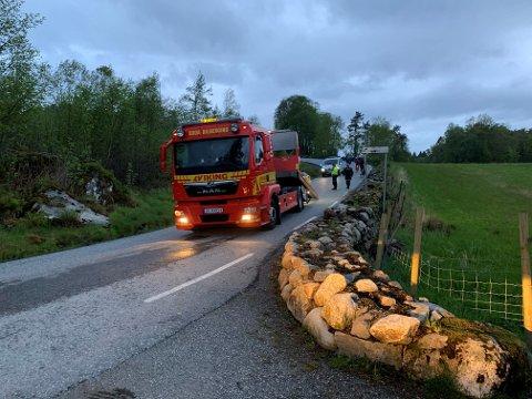 KØYRDE UTFOR: Politi og redningsbil var til stades etter utforkøyringa i Bogsnes fredag kveld.