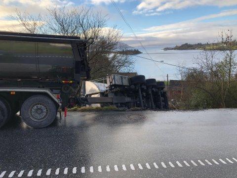 VELT: Slik såg det ut då ein asfaltbil mista tilhengaren sin i Tofte-brekka i februar i år. No vil fylkeskommunen sikra området, men det er dyrt og vanskeleg. (Arkivfoto)