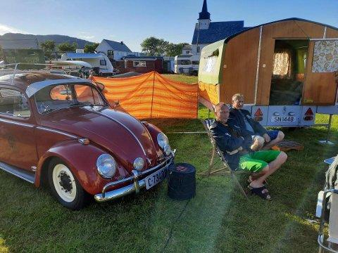 Brørne Odd Morten og Magne Jørgensen nyt sola framfor den gamle campingvogna dei hadde kjøpt saman.
