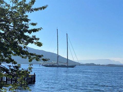 VERDAS STØRSTE: S/Y Athos, verdas største privateigde to-masta skonnert, dukka opp i Rosendal søndag.