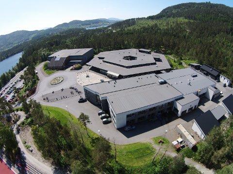 Kommunen har motteke klage på inneklimaet ved Kvinnherad vidaregåande skule, og ber no om svar på fleire spørsmål. (Arkivfoto)