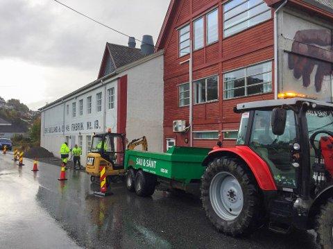GRUNNARBEID: Måndag var Sau & Sånt i aksjon med grunnarbeidet. Seinare i veka blir det asfaltering, truleg onsdag.