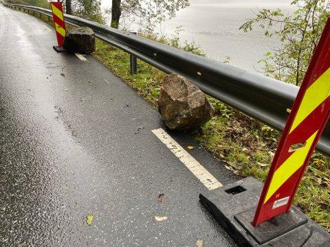 STEIN I VEGEN: To steinar låg midt i vegbanen etter at dei kom ned frå fjellsida, men blei laurdag føremiddag rydda ut av køyrebanen. Vegen er førebels open for fri ferdsel.
