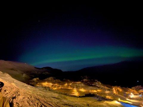 Skigåarane- og køyrarane i Fjellhaugen skisenter fekk ei flott oppleving onsdag kveld då nordlyset dukka opp.