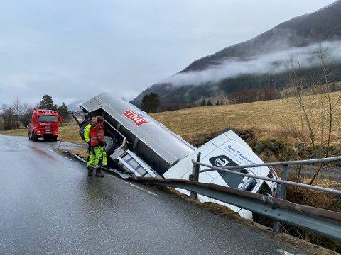 Det såg dramatisk ut, men sjåføren kom heldigvis frå det utan skadar.