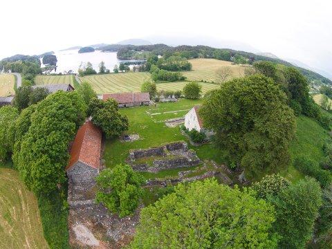 OPE: Halsnøy kloster held ope i påskeferien. (Arkivfoto)