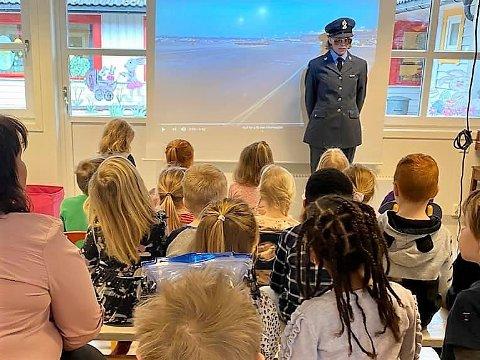 Førre veke fekk barna på Maurtua i Undarheim barnehage dra på  «sydentur». Her sit dei på flyet, og kapteinen er Solveig Røyrvik.