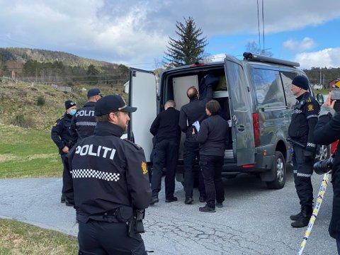 Krimteknikarar kom frå Bergen til Varaldsøy fredag like før klokka tolv. Dei skal gjera undersøkingar i området utover dagen.