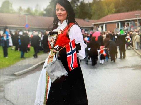Det var 42 år gamle Renate Strand Normann som døydde på Varaldsøy torsdag. Ein mann i 40-åra er varetektsfengsla og sikta for drap. (Foto: Privat. Kvinnheringen har fått samtykke av familien til å bruka bildet).