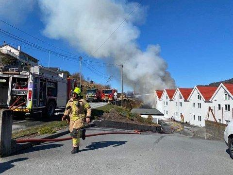SLØKKING: Klokka 12 pågår sløkkinga framleis i Uskedalen, men brannen ser ut til å vera under kontroll.
