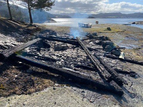 RUIN: Det er ikkje mykje igjen av turhytta på Valøya etter brannen natt til langfredag.