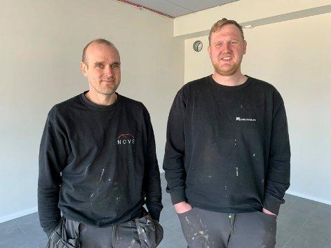 SELGER PERGOLA: - Vi skal ha et lite visningrom i dette bygget i Hanaleite næringspark der vi leier lokale, sier Anders Aadland (til venstre) og Jon Terje Kyvik.
