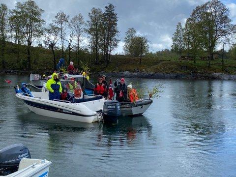 Her frå koronavennleg 17. mai-feiring på Valen i fjor, der fleire i bygda samla seg i båtane sine og song nasjonalsongen saman. (Arkivfoto).