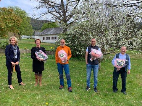Her ser du frå venstre avdelingsleiar Marianne Lund Anderssen saman med jubilantane Vigdis Skogseth, Atle Thoresen, Bjarte Solheim og Elias Hasan. (Foto: Helse Fonna).