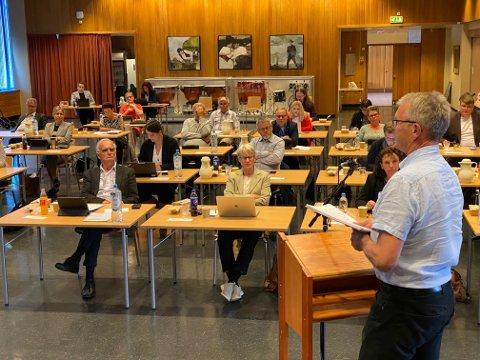 Leif Sverre Enes og Høgre gjekk saman med Sp og Frp om eit forslag i skulestruktursaka, som torsdag kveld vart vedteke i kommunestyret.