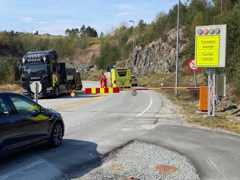 Tunnelen blei stengd etter at ein lastebil fekk problem onsdag føremiddag.