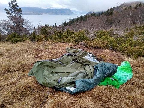 MYSTISK: Dette teltet med tilhøyrande sovepose har lege forlatt i fjellet over lenger tid. Kven sitt kan det vera?