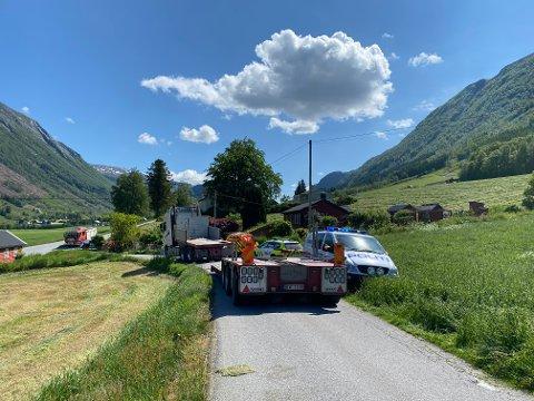 I 14-tida var det enno ei rekke køyretøy og naudetetar på staden i Omvikdalen. Hendinga har skjedd ikkje langt frå barneskulen.