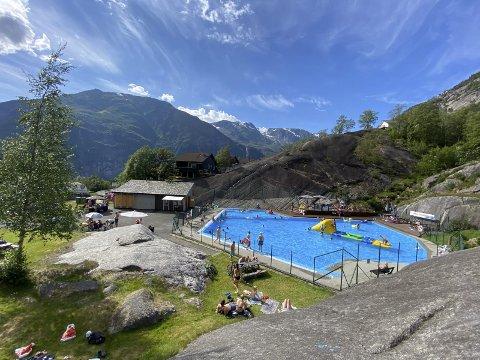 BADEDAMMEN: Tysdag hadde badedammen i Tyssedal rekorddag. Onsdag var det òg sol og fleire hadde tatt turen også denne dagen.