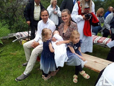 Her ser du foreldra Melanie og Anders med dåpsbarnet Håkon. Dåpen og friluftsgudstenesta blei ein fin og minneverdig seanse på Skorpo.