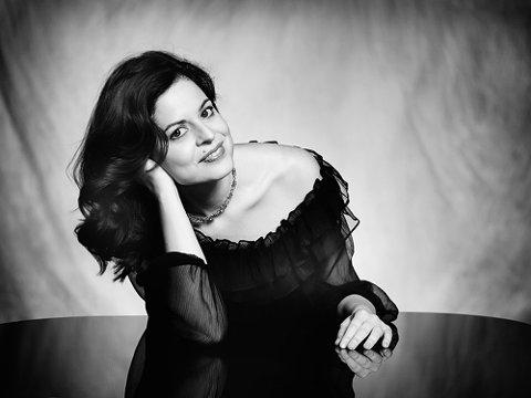 TIL ROSENDAL: Russiske Zlata Chochieva har pryda mange internasjonale musikkmagasin dei siste åra.