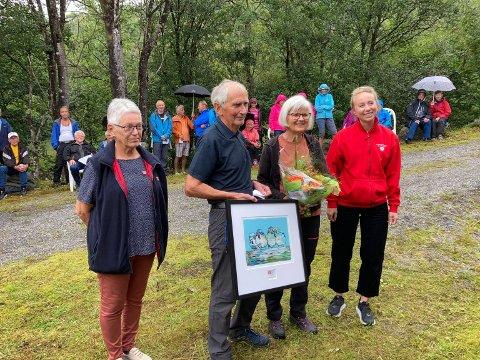 VERDIGE MOTTAKARAR: Prisvinnarane Astrid og Pål Haugland saman med Elsa Helland (t.v.) og Sara Mead (t.h.) frå Nasjonalforeningen regionalt.