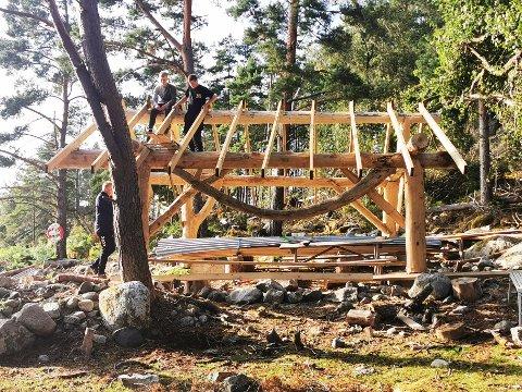 NYTT RPOSJEKT: Ei staseleg trehytte er i ferd med å ta form på Kolsøy, takka vere iherdig dugnadsinnsats frå venelaget og flotte pengegåver.