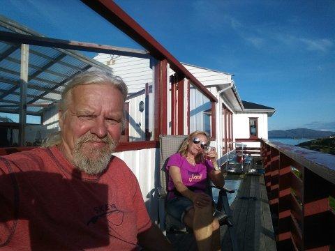 PÅ PLASS: Steinar og Audhild Nilsen blei trekt ut i ein konkurranse, og skal no prøvebu i Finnmark i nokre månadar. Så langt trivst det svært godt.