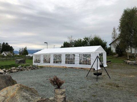 LOPPETELT: Mange har alt vore innom teltet, kor ein kan både levera og kjøpa lopper. Det blir ståande ei god stundt til.