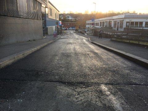 Se! Ferskere asfalt kan du ikke få! Nedre del av Stasjonsbakken har fått ny asfalt.