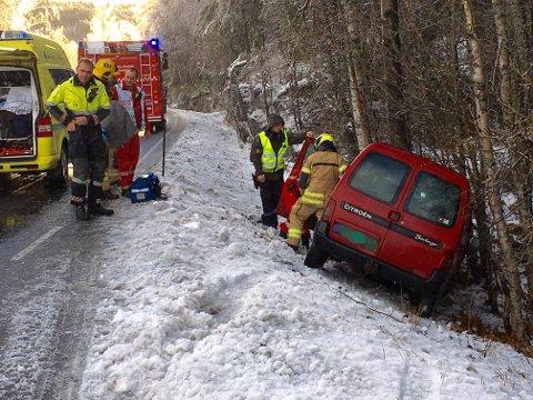 En bil kjørte i grøfta på Hedenstadveien. Alle nødetatene rykket ut.