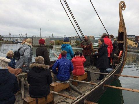 Deltakere fra blant annet Kongsberg husflidslag fikk prøve vikingskipet.